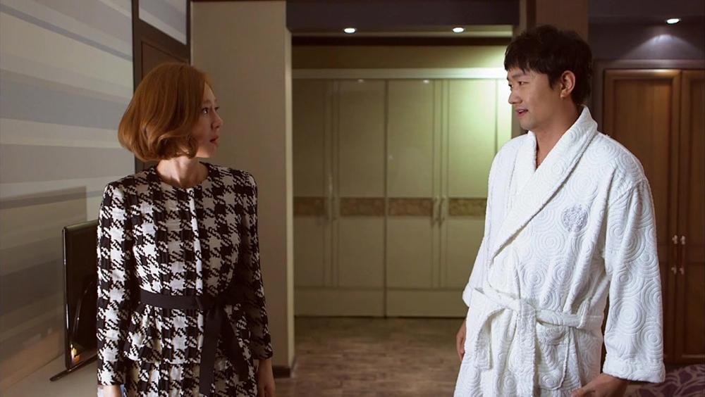 Song Ha là trưởng nhóm tại một công ty tiếp thị và Sun Kyu là bác sĩ.