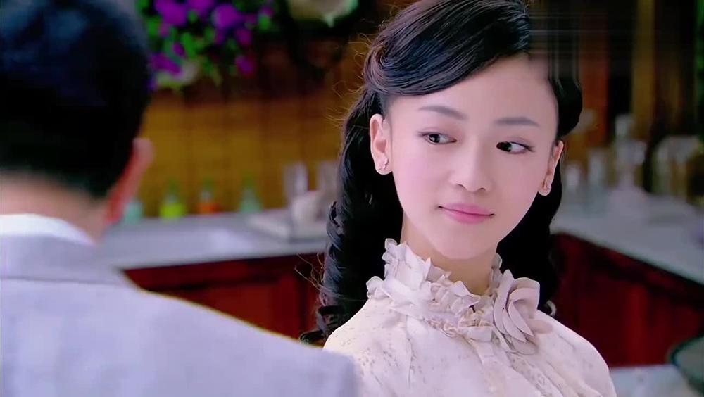 Nữ diễn viên 9x Ngô Cẩn Ngôn đảm nhận hai vai - chị em song sinh Thanh Bình và Hồng Vũ.