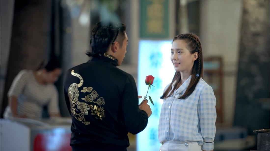 Tuy trái ngược nhưng Tiểu Quân lại được Lưu Đình - cô nàng hoa khôi xinh đẹp, nhẹ nhàng - đáp lại tình cảm.