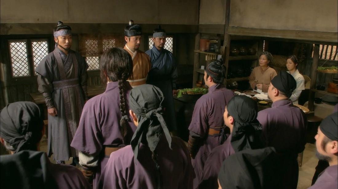 Joseon vừa được thành lập thì nhiều cuộc xung đột và bạo loạn giữa 6 phiến quân đồng loạt nổ ra.