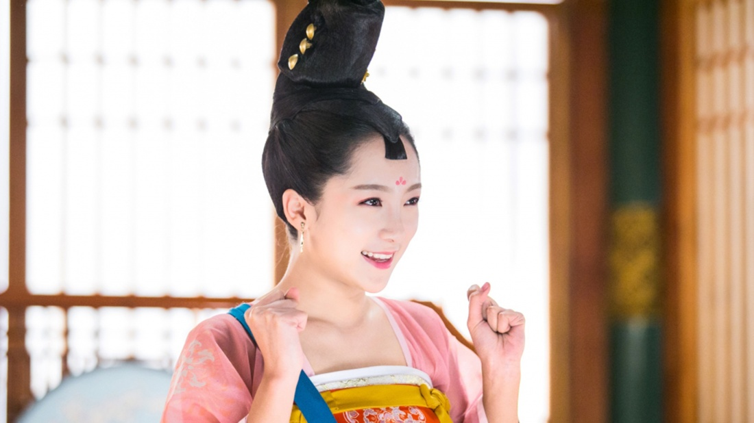 Khúc Tần Nương Nương cực kỳ háu ăn và rất nhạy bén với mùi thức ăn, mang đến nhiều pha ''tấu hài'' cực mạnh.