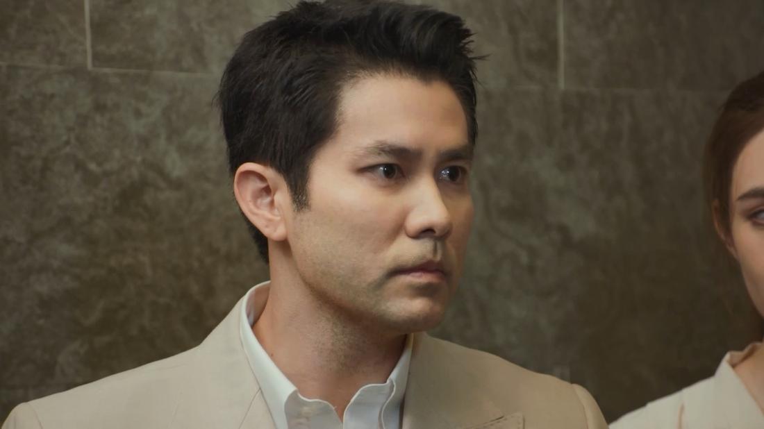 Anh chàng giám đốc đa tình Rawee đừng trước sự lựa chọn giữa cô gái trẻ Rita và vợ của mình.