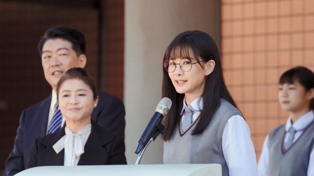 Khả Ngải là một nữ học sinh xuất sắc nhưng hoàn cảnh gia đình khó khăn không thể thực hiện ước mơ Đại học.