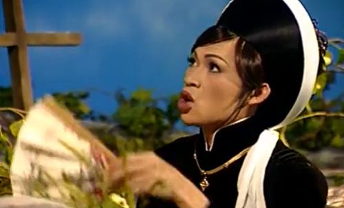 Nghệ sĩ Hoài Linh trong vai giả gái