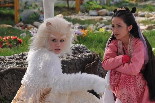 Bát Giới có mối tình tay ba với Tiểu Long Nữ khả ái, trong sáng và Thiên Miêu Nữ lạnh lùng, ác độc.