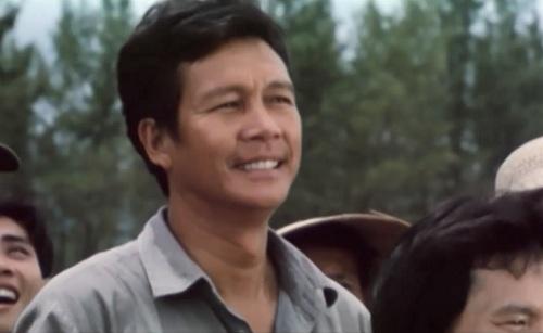 Ông Cảnh, người xa gia đình hai mươi năm đi chiến đấu, về thăm quê trong niềm xúc động đến sững sở của người vợ cũ đã chờ đợi ông đến héo mòn.