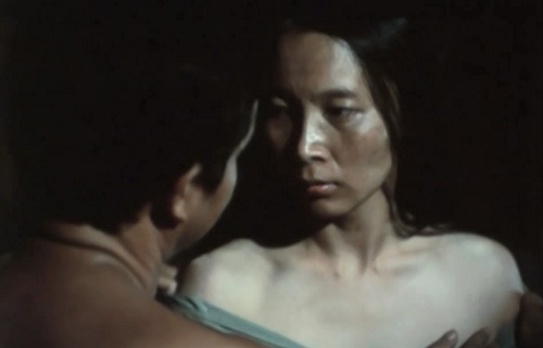Sau những giây phút ngắn ngủi dâng tràn cảm xúc là một nỗi đau thắt ruột khi bà Thoa biết rằng, chồng mình đã có một tổ ấm khác...
