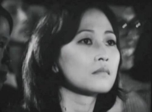 Mẹ Nguyệt nhờ bố Khánh giúp đỡ để Nguyệt được làm việc ở Thủ đô. Tuy nhiên ông không đồng ý, khiến hai gia đình quay lưng lại với nhau.