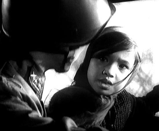 Cô bé đã được những người lính tốt bụng giúp đỡ và dần dần được hội ngộ em gái.