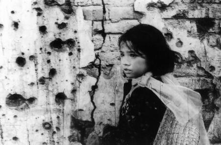 Ngọc Hà - một cô bé 12 tuổi, phải kiếm bố mẹ và đứa em gái bị mất tích trong sự hoang tàn của thành phố.