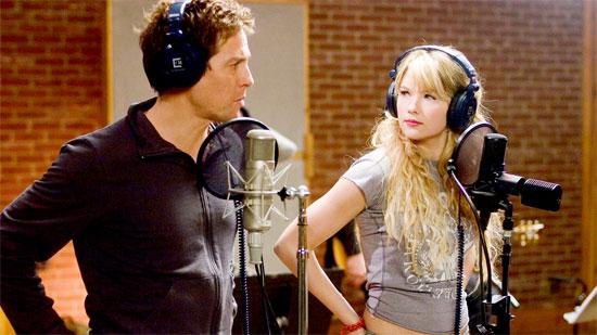 Cơ hội đến với anh khi nữ ca sỹ trẻ đang lên Cora để ý tới và mời Alex viết cho cô một bài hát, cũng như thu âm cùng.