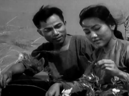 Hai nhân vật Hoài và Vận yêu nhau từ hồi cùng trong Chiến tranh Việt-Pháp.