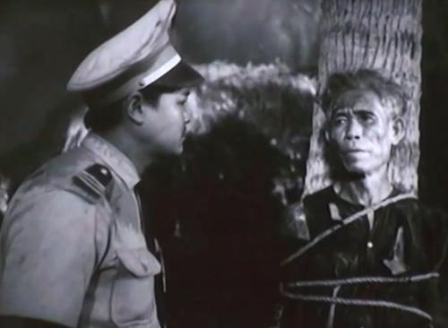 Tên sĩ quan ngụy tên là Trần Sùng về làng càn quét dân chúng, giết hại bác Thuận - Bí thư chi bộ.