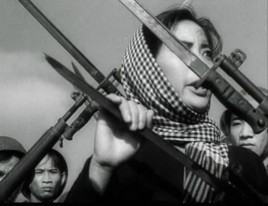 Phim xoay quanh mối liên hệ tình cảm gia đình giữa hai người thuộc hai chiến tuyến là chị Vân và Phương - em trai chị,