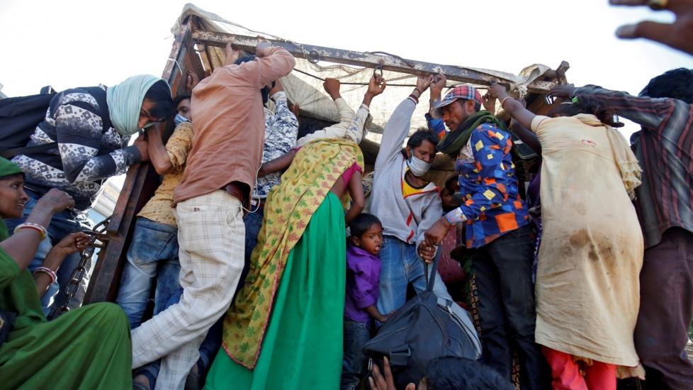 Ấn Độ: Người Nghèo Cách Ly Trên... Cây