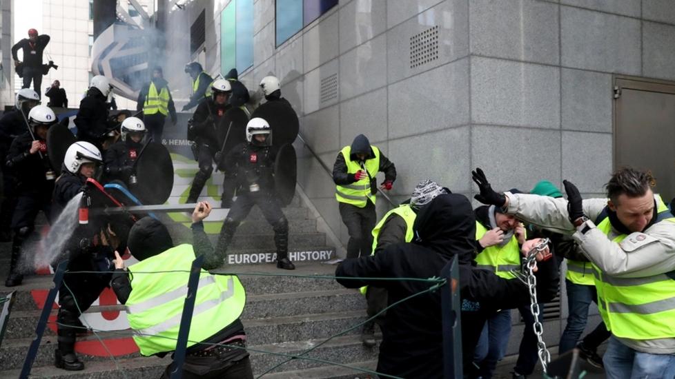 Cái Chết Của George Floyd Khiến Các Cuộc Biểu Tình Bạo Lực Bùng Phát Tại Paris