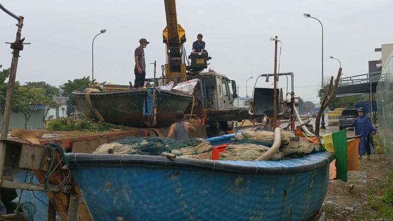Đà Nẵng: Ngư Dân Hối Hả Thuê Xe, Cẩu Tàu Thuyền Đi Tránh Bão