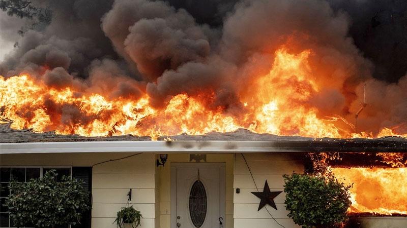 Mỹ: Người Phụ Nữ Khóc Khi Cháy Rừng Nhấn Chìm Những Ngôi Nhà Ở Colorado